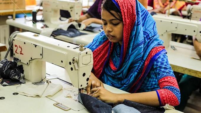 Esta niña cobra 1 dólar por crear 480 pantalones al día: la dura realidad del trabajo infantil