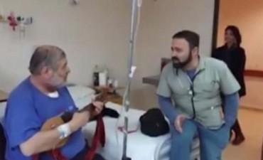 Este increíble enfermero le canta a sus pacientes para hacerlos sentir mejor