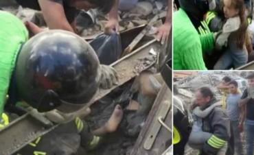 Niña de 10 años estuvo 17 horas bajo los escombros en Italia. El rescate quedó registrado en video